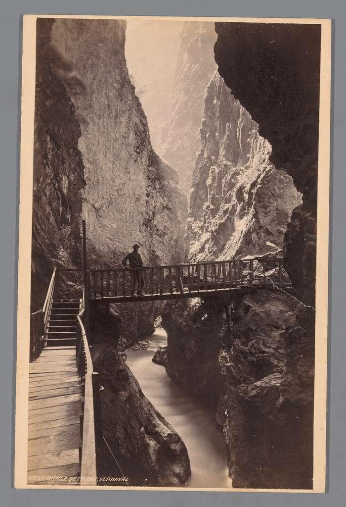 Gezicht op de Gorges du Trient bij Vernayaz in Zwitserland met een man op een brug