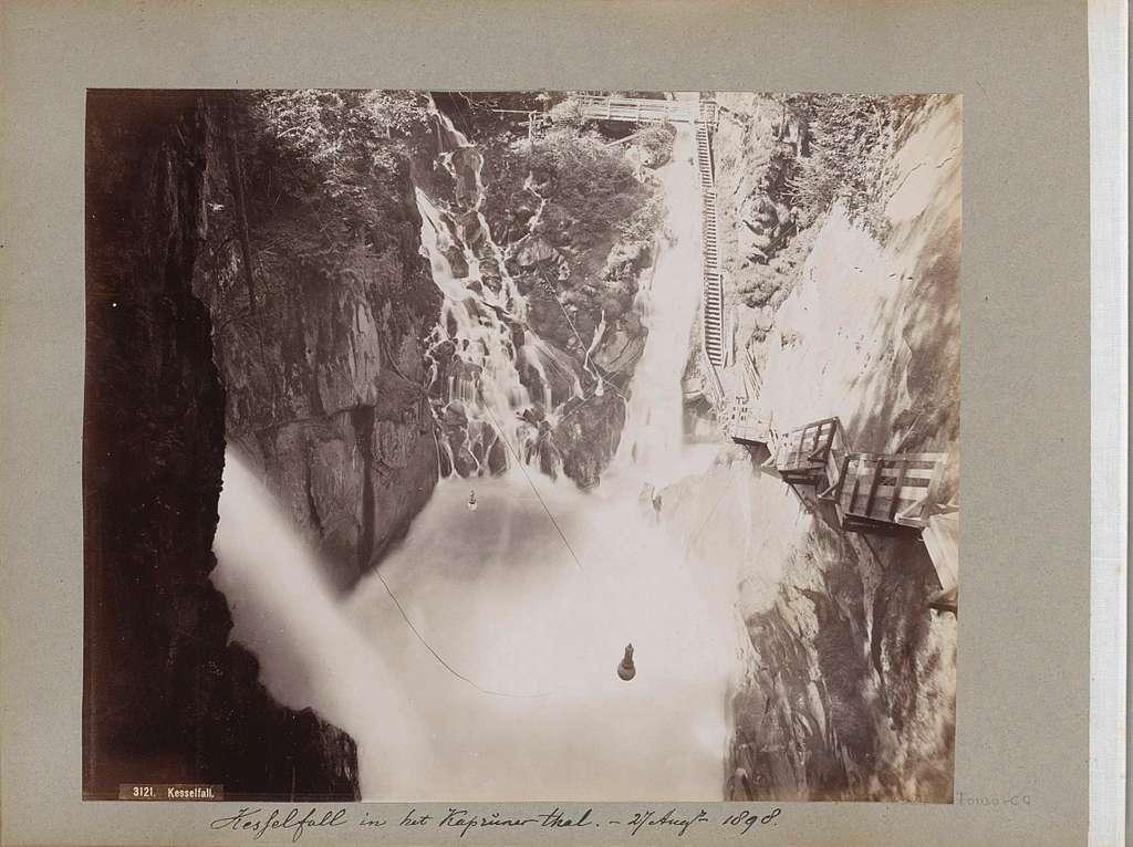 Gezicht op de Kesselfall in het Kapruner Tal met rechts houten trappen