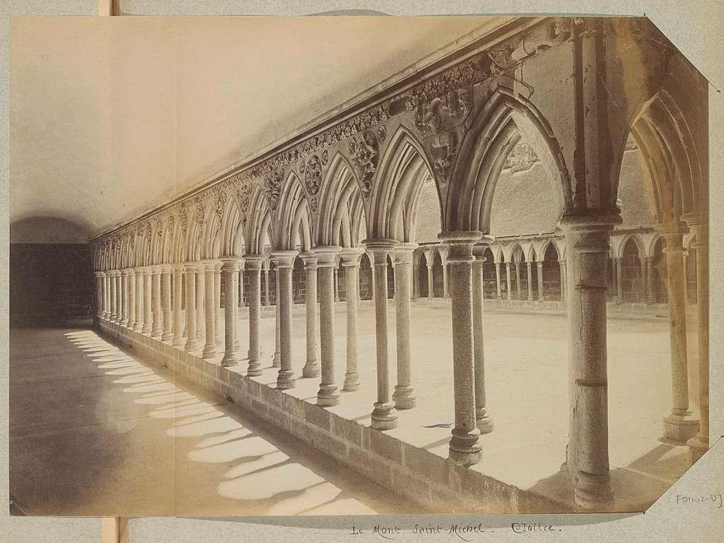Gezicht op de kloostergangen van Mont Saint-Michel