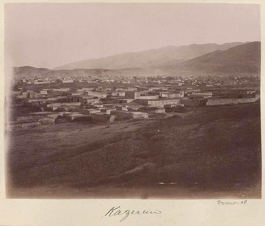 Gezicht op Kazerun en omliggende bergen
