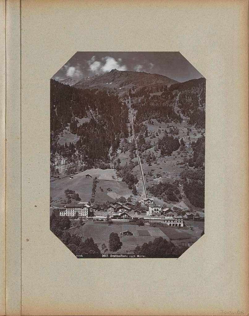 Gezicht op Mürren met station, kabelbaan en omliggende bergen