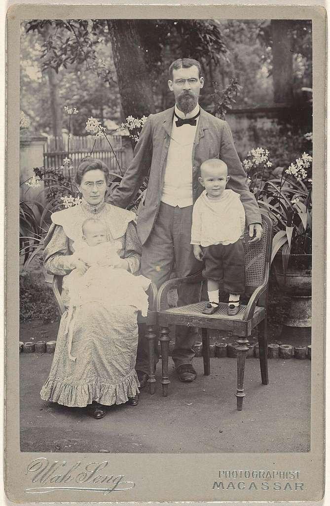 Gezinsportret van man vrouw en twee kleine kinderen in Makassar