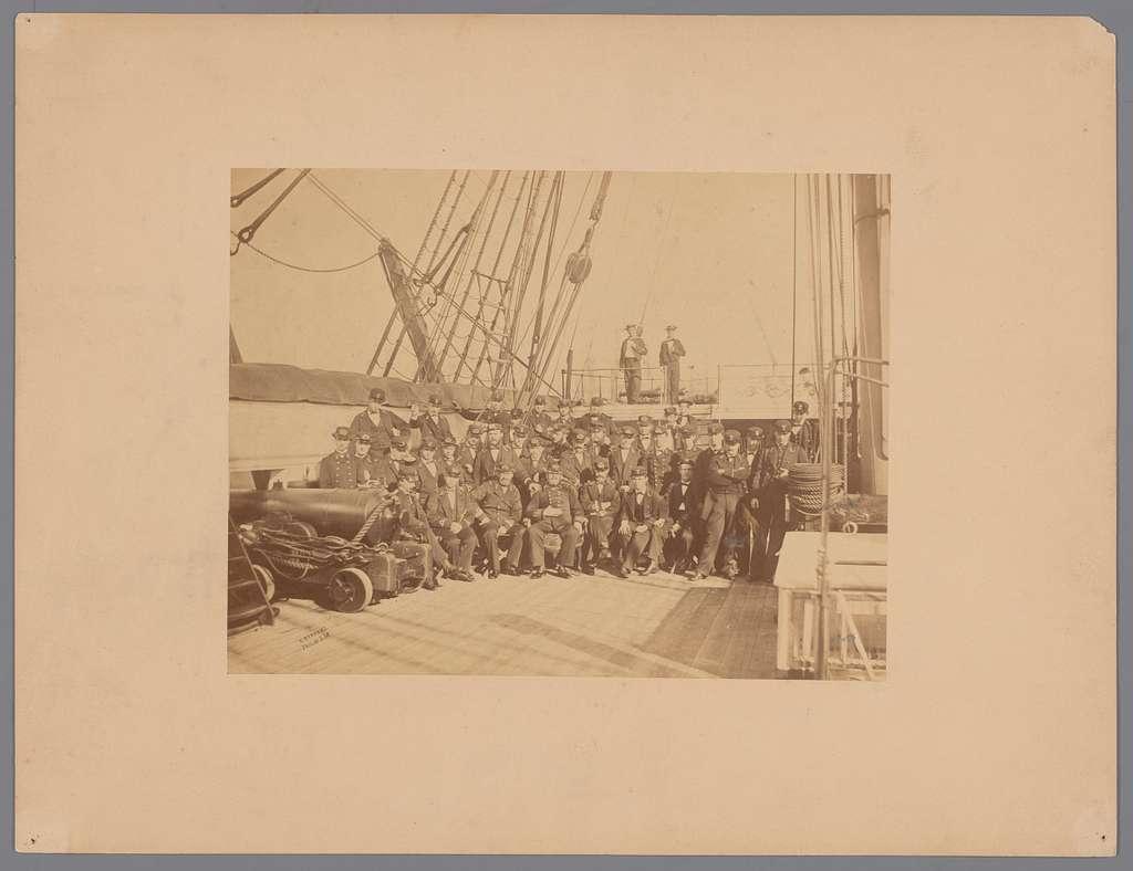 Groepsportret van zeelieden op het dek van een schip