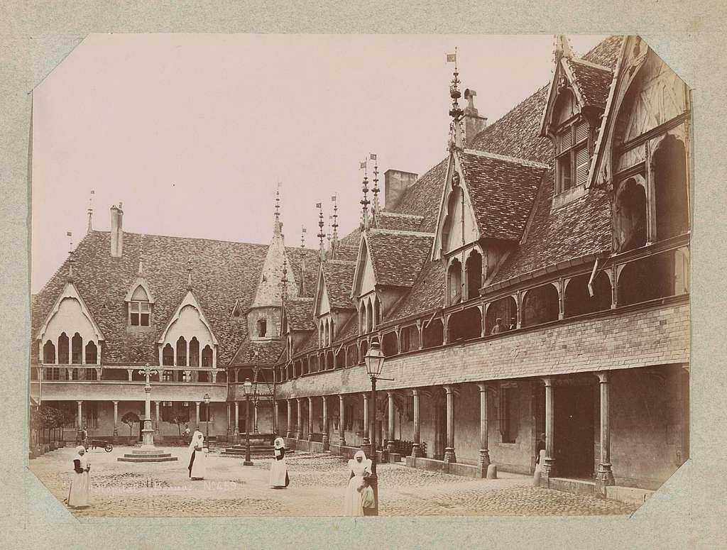Nonnen op de binnenplaats van het ziekenhuis van Beaune