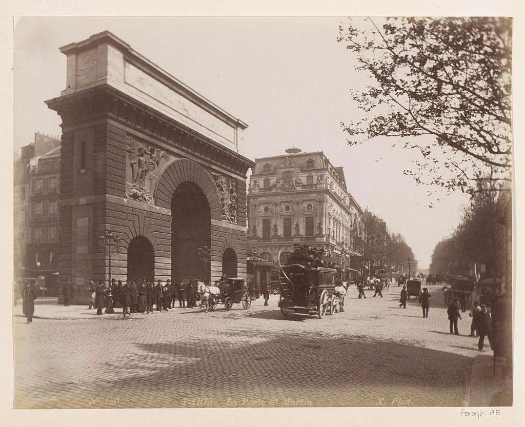 Porte Saint-Martin in Parijs met rechts de Boulevard Saint-Martin