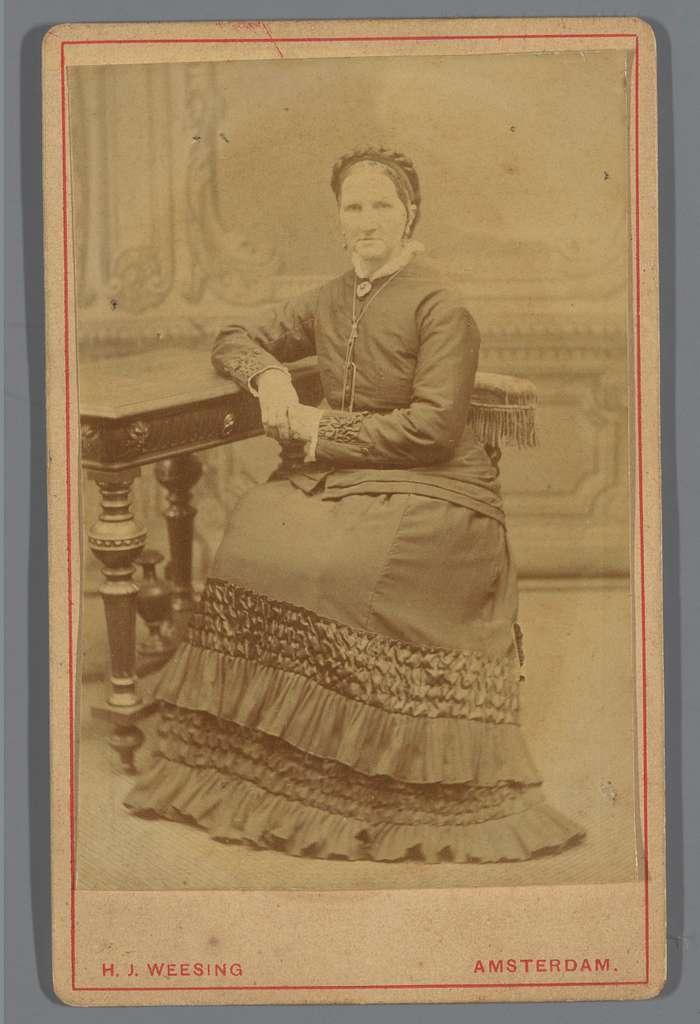 Portret van een onbekende vrouw, zittend aan tafel