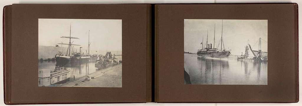 Schip vaart door het Suezkanaal bij een baggerschip en een kade