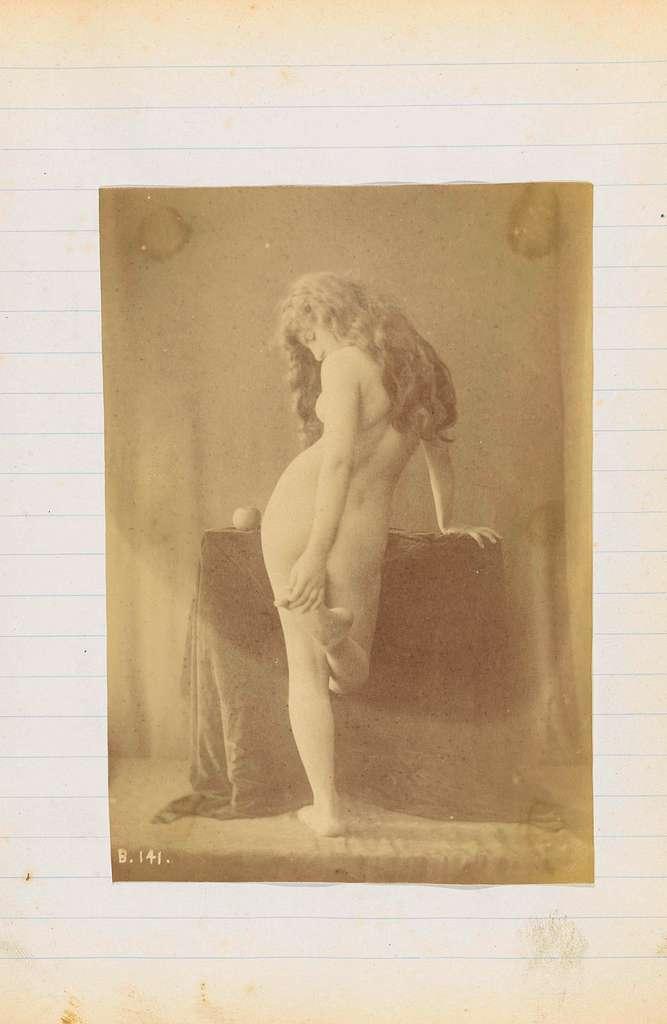 Studie van een vrouwelijk naakt, staand op de rug gezien, bij tafel met appel
