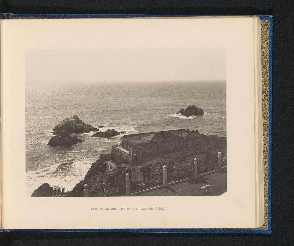 Gezicht op de kust voor San Francisco, met een huis op een klif en rotsen in het water