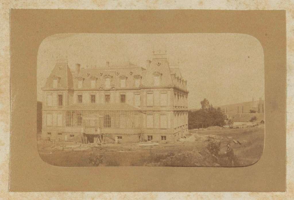 Landhuis met serre in aanbouw, vermoedelijk in Frankrijk