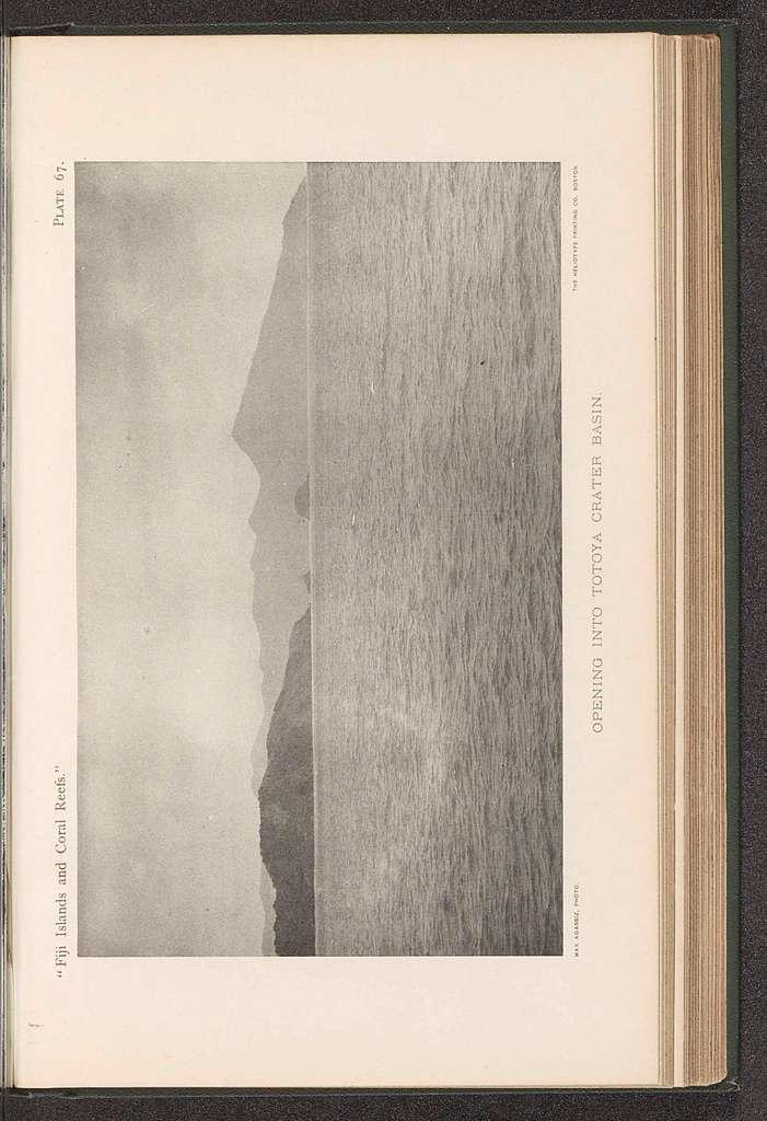 Gezicht op een kraterbekken in de zee bij Totoya
