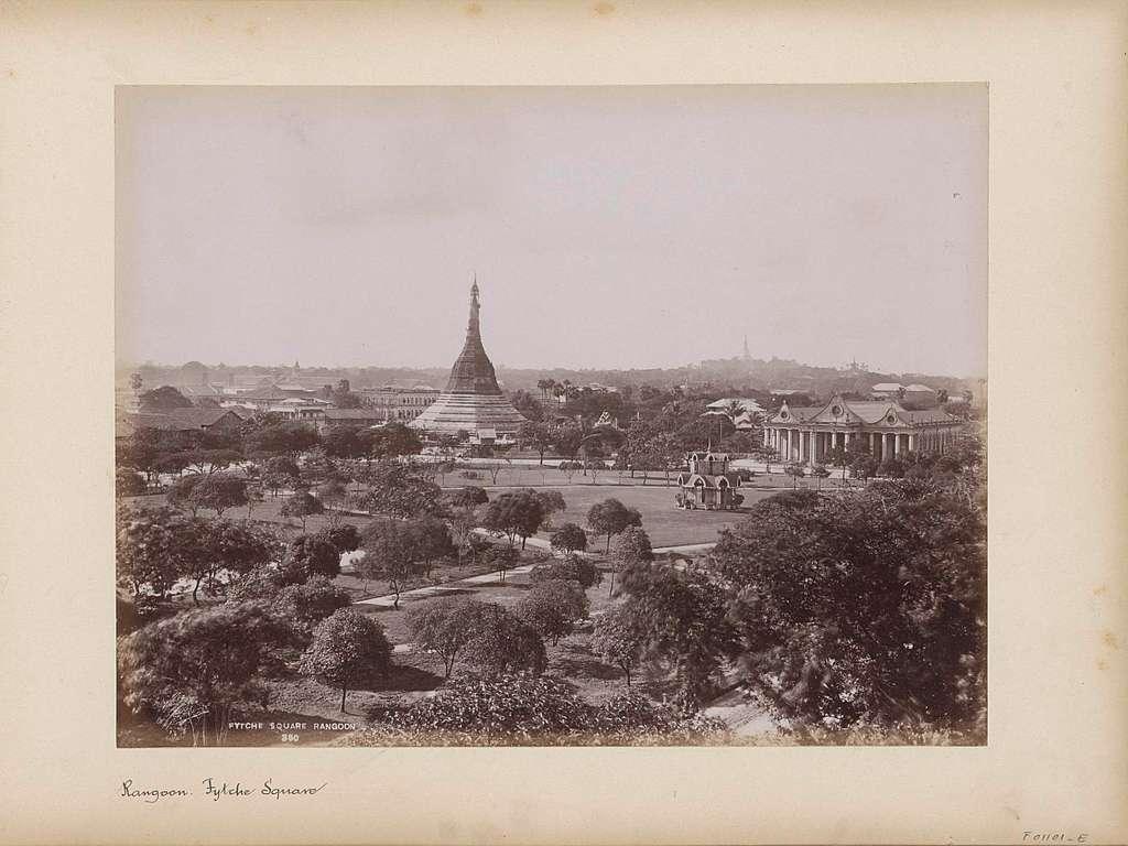 Gezicht op Fytche Square in Rangoon met in het midden de Sulepagode