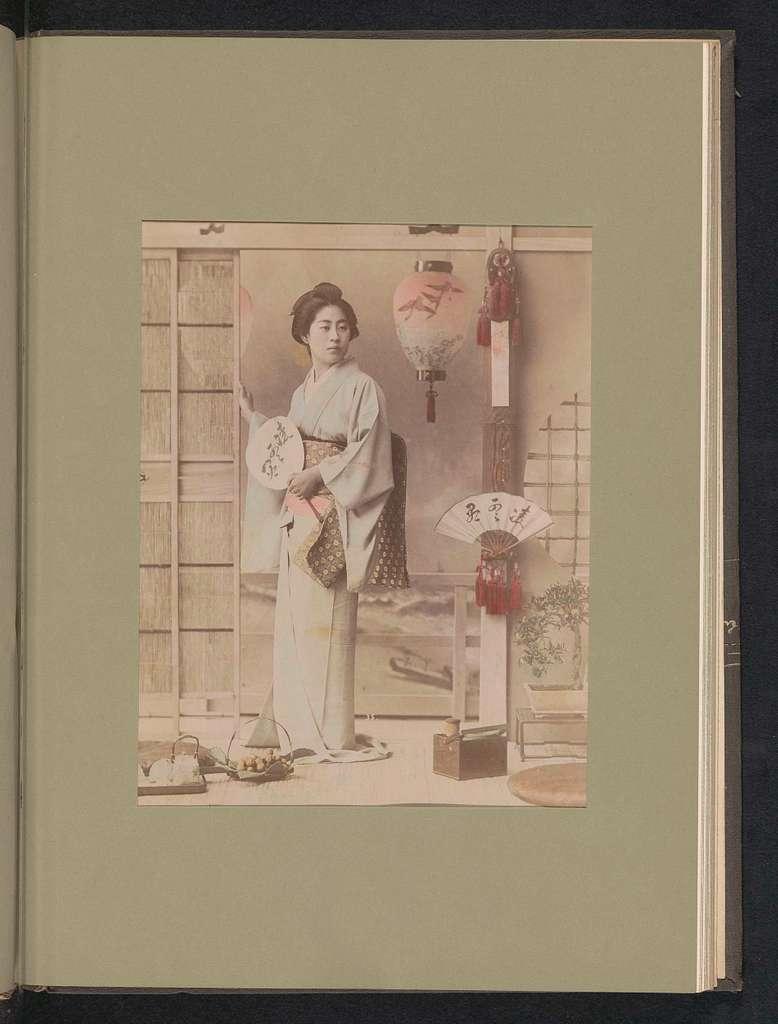 Portret van een vrouw met een waaier in een interieur
