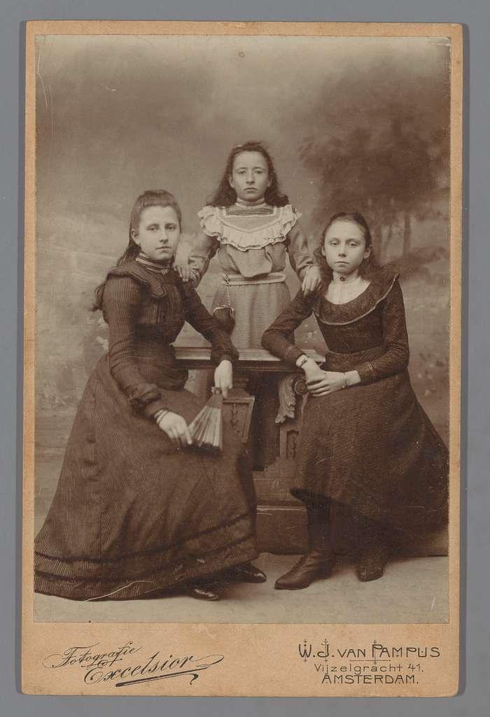 Portret van drie onbekende vrouwen of meisjes