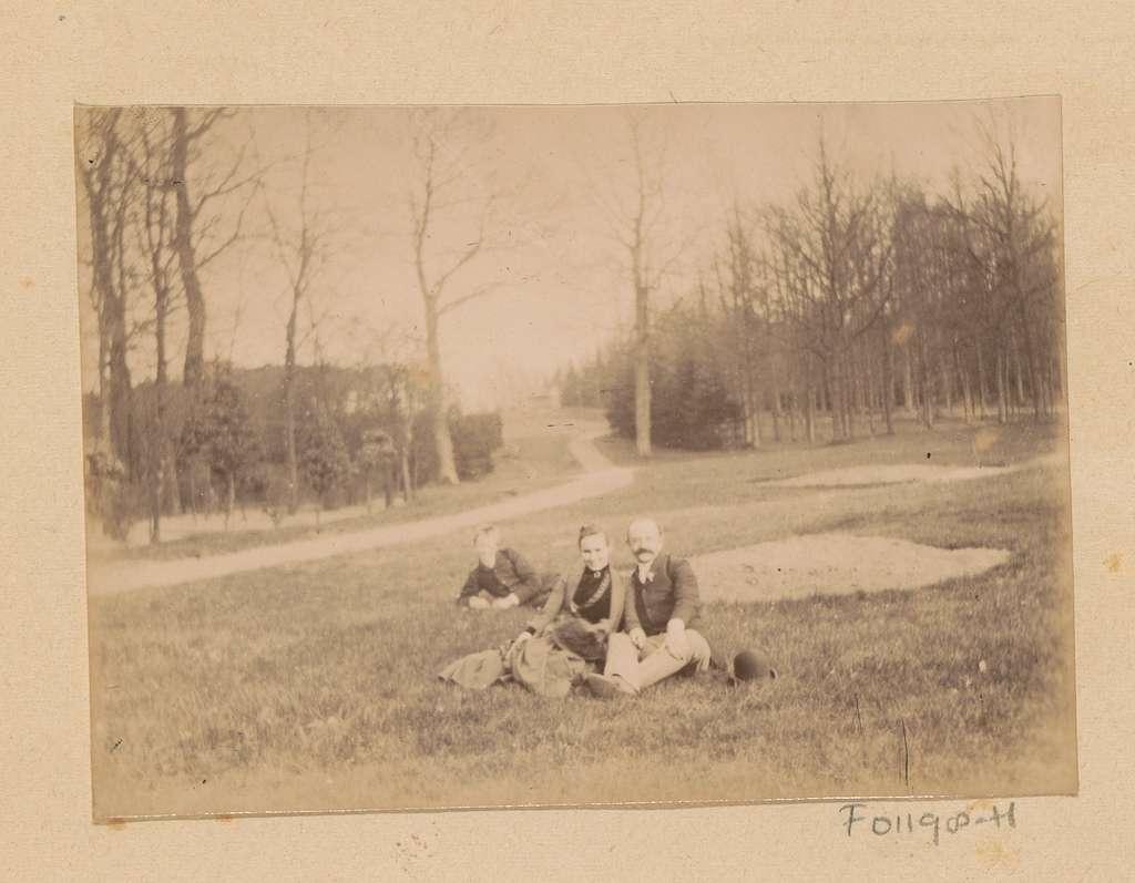 Johanna Margaretha Piek, Carel Overhoff en een onbekend persoon in een grasveld, mogelijk nabij Arnhem