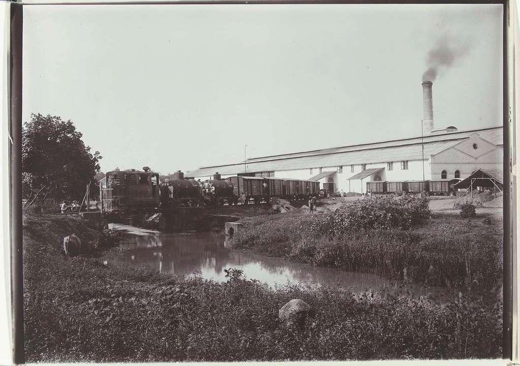 Treinwagons bij de suikerfabriek van de suikeronderneming Nieuw Tersana, Cheribon, voormalig Nederlands-Indië