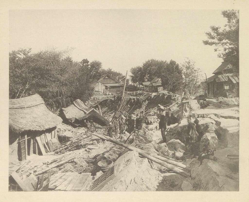 Door een aardbeving verwoeste huizen in Japan