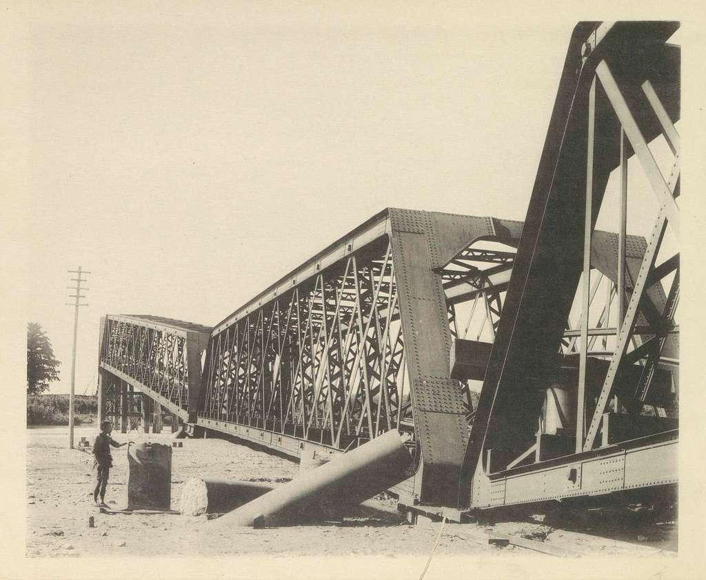 Ingestorte spoorbrug over de Nagara-rivier in Japan na een aardbeving