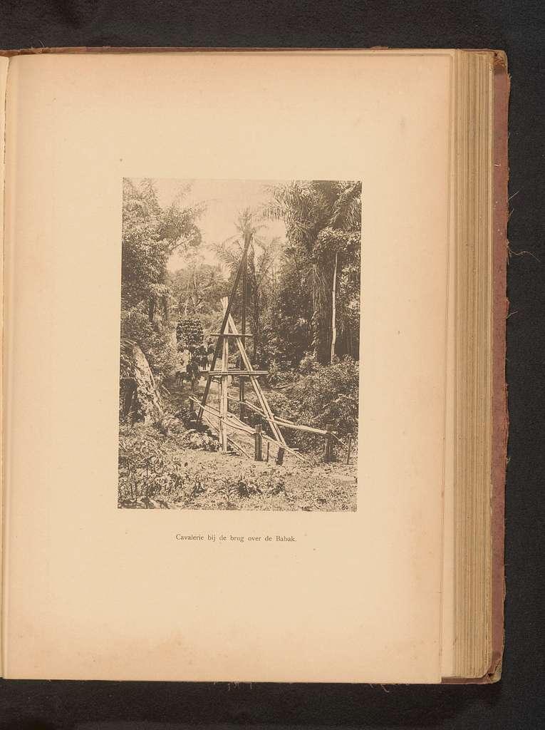 Gezicht op de cavalerie bij een bamboe hangbrug