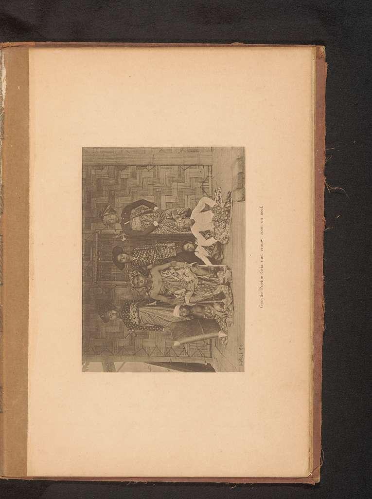 Groepsportret van een Goestie Poetoe-Gria met zes onbekende personen