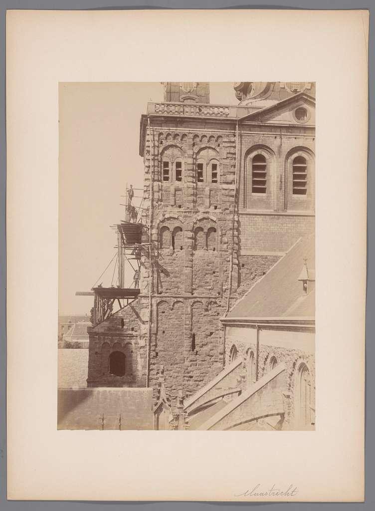 Gezicht op de oostzijde van de toren met steiger van de Sint-Servaasbasiliek te Maastricht