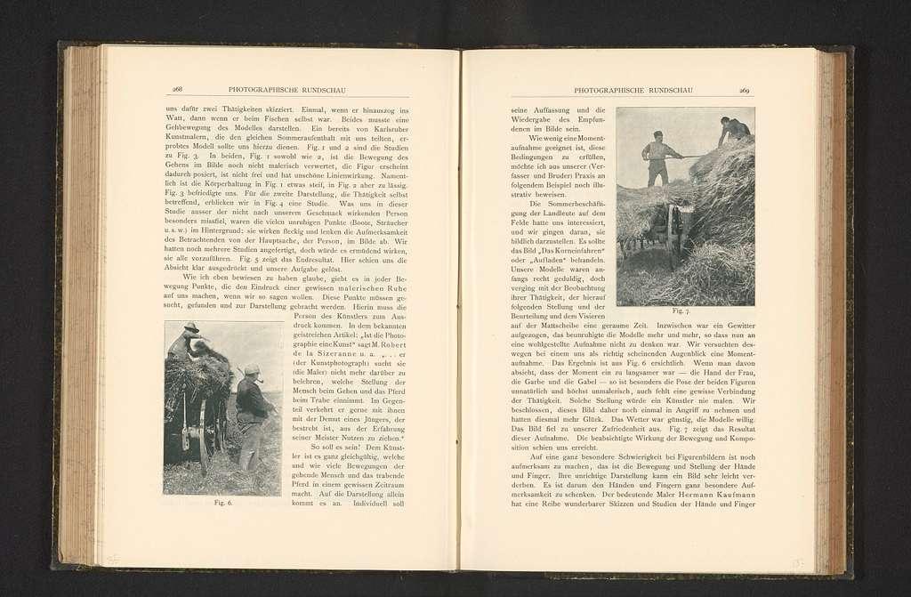 Gezicht op twee boeren die hooi op een kar verzamelen