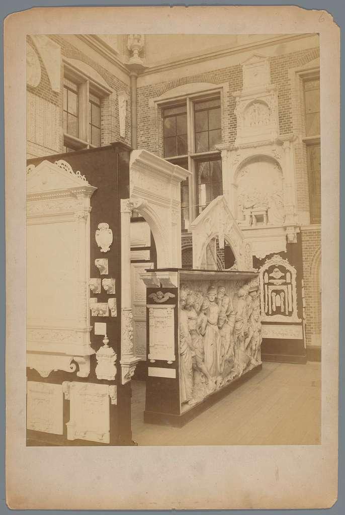 Opstelling van gipsmodellen in het Rijksmuseum te Amsterdam