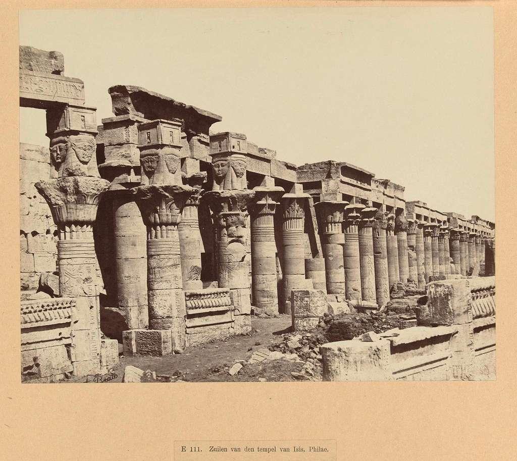 Een zuilengalerij van de tempel van Isis op het eiland Philae.