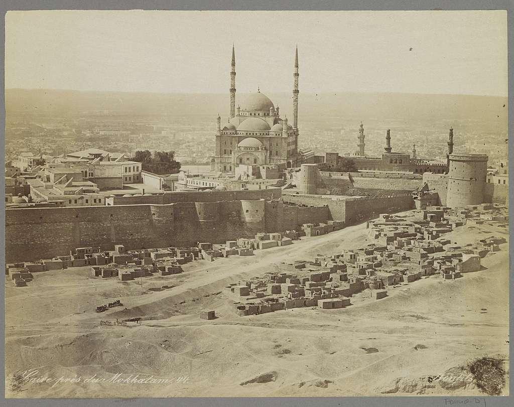 Gezicht op Caïro bij de wijk Mokkatam met stadsmuren en moskee