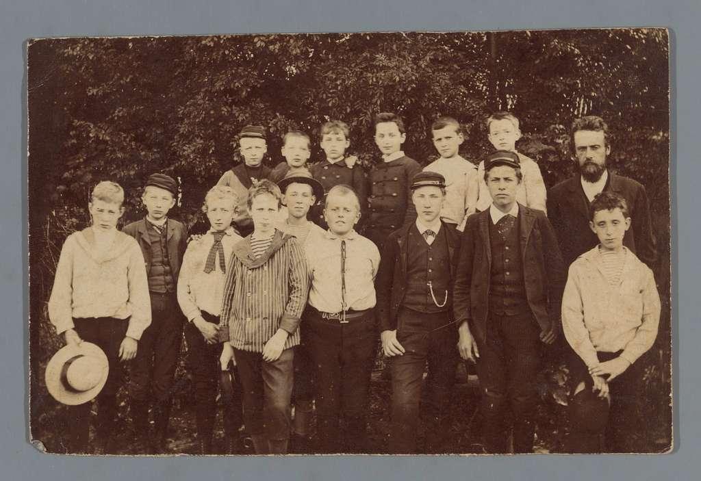 Groepsportret van (vermoedelijk) een klas van een jongensschool met een docent