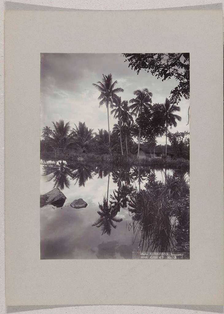 Visvijvers met huisjes op de oever te Tjipanas bij Garoet, Nederlands-Indië
