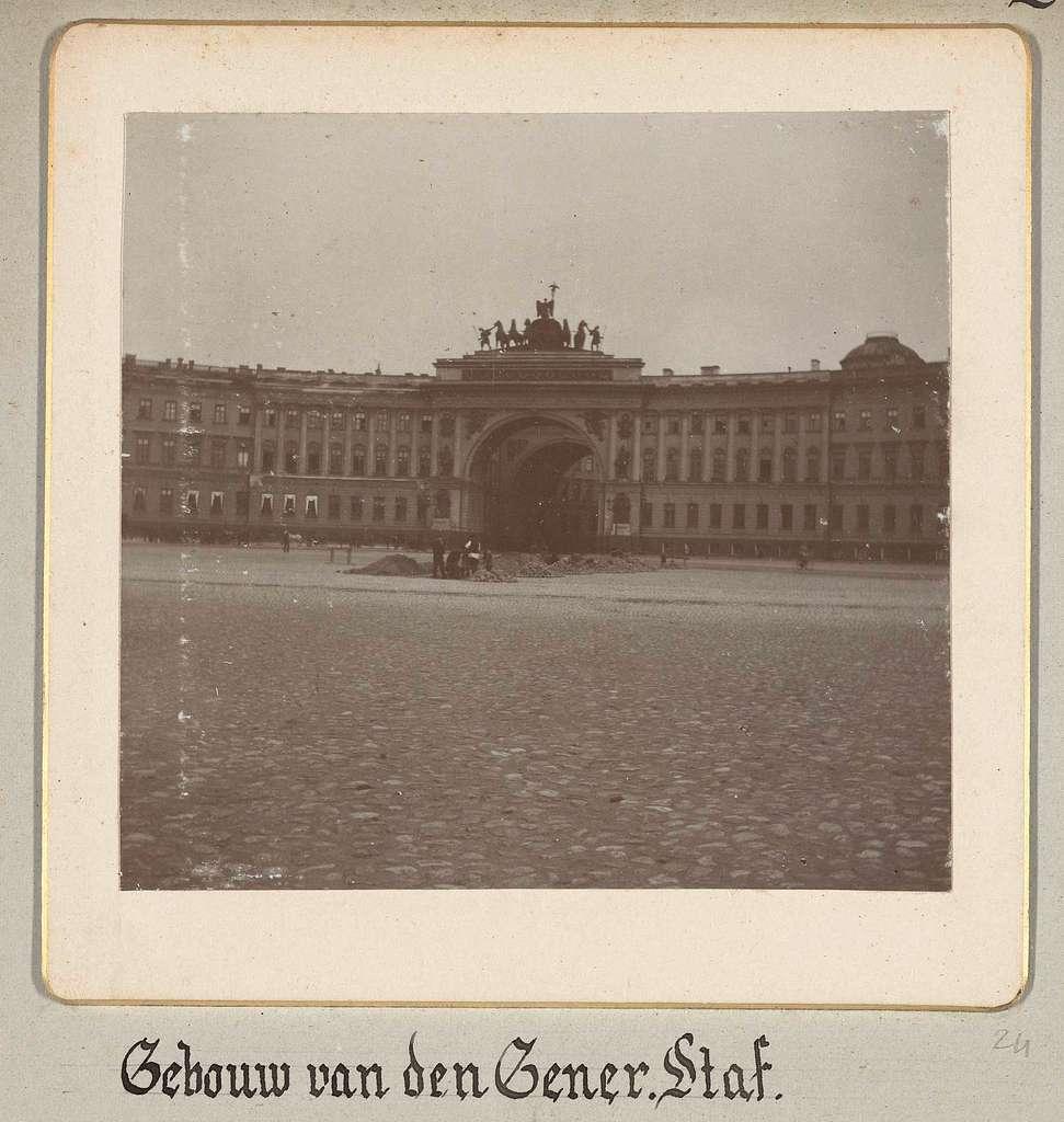 Het gebouw van de Generale staf op het plein voor de Hermitage in Sint-Petersburg