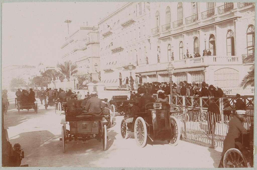 Automobielen bij de start van de race Nice-Magagnosc