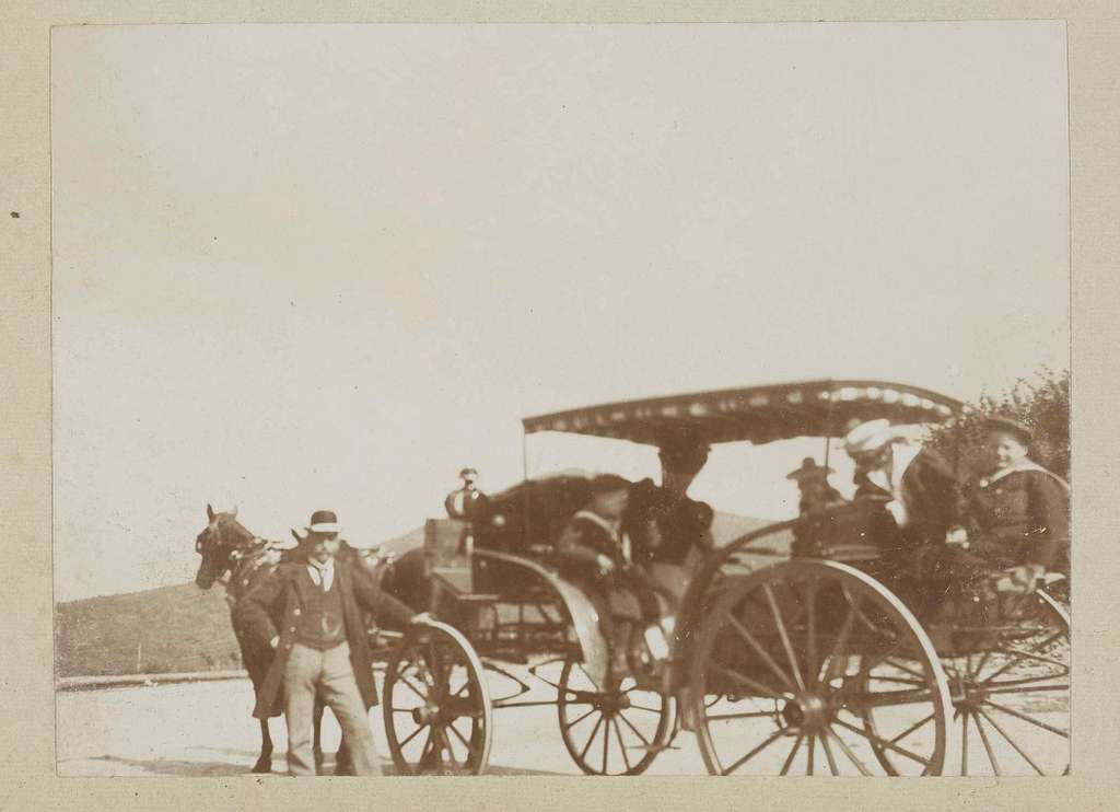 Familie Vermeulen in een rijtuig voortgetrokken door een paard