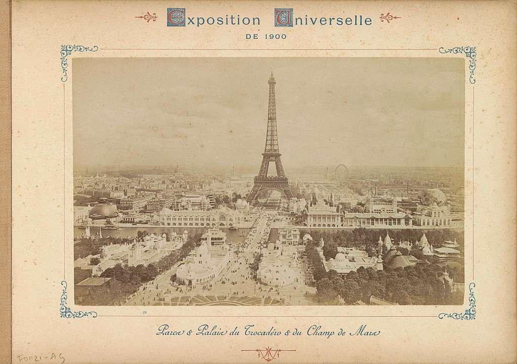 Gezicht op het terrein van de Wereldtentoonstelling van 1900 in Parijs met centraal de Eiffeltoren