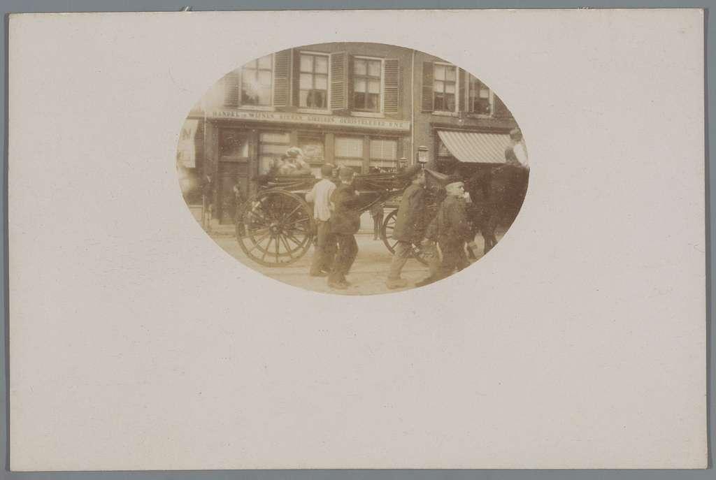 Koningin Wilhelmina der Nederlanden in een rijtuig op straat