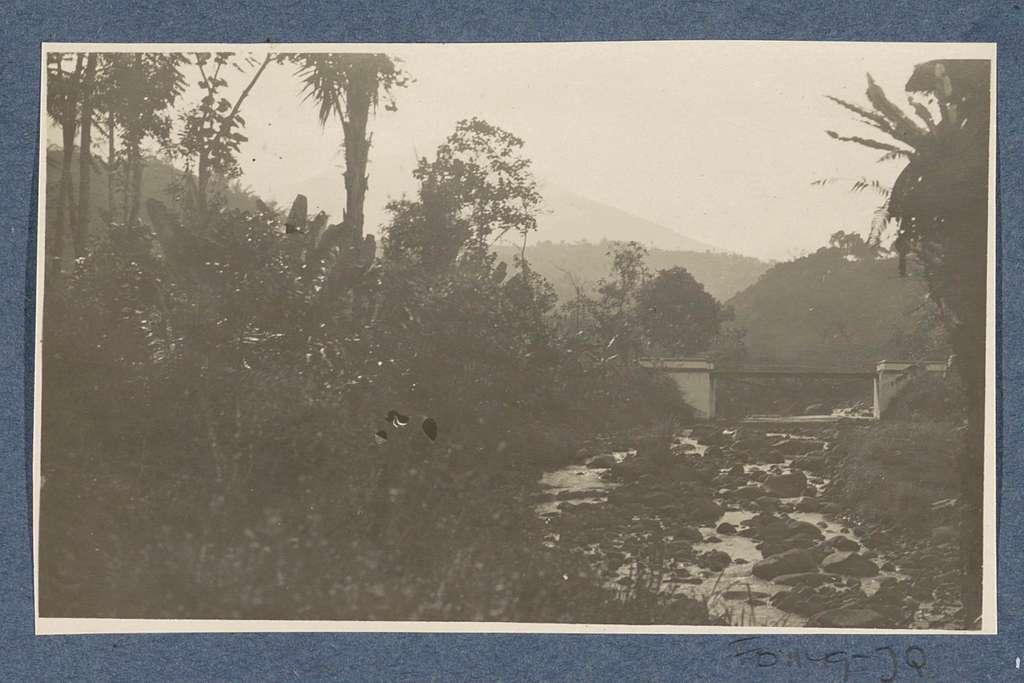 Landschap met deels drooggevallen rivierbedding tussen Garut en Tasikmalaya op Java