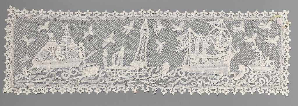 Langwerpig kleed van kloskant met zeilschepen en een man naast een vuurtoren