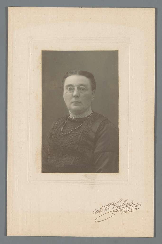 Portret van een onbekende vrouw met bril
