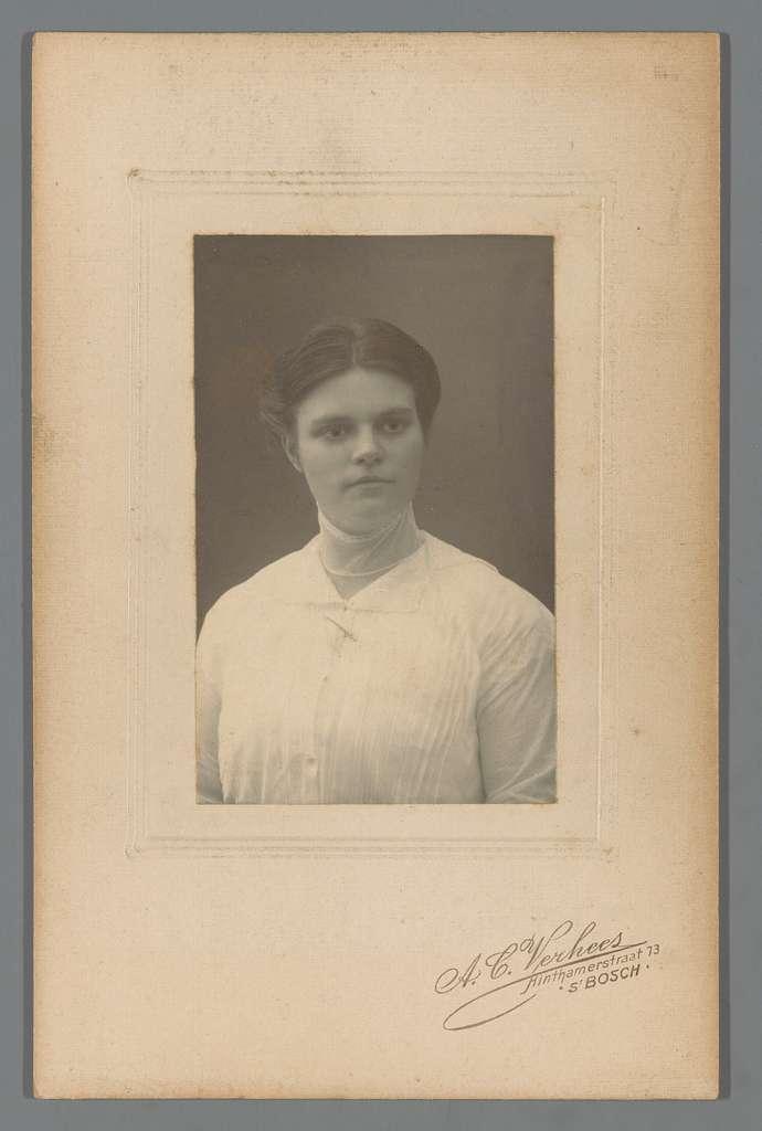 Portret van een onbekende vrouw met broche