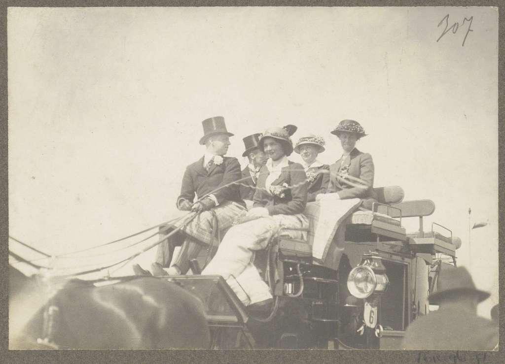Ruitertafereel op Koninklijke Houtvesterij Het Loo: gezelschap zittend op een genummerd rijtuig