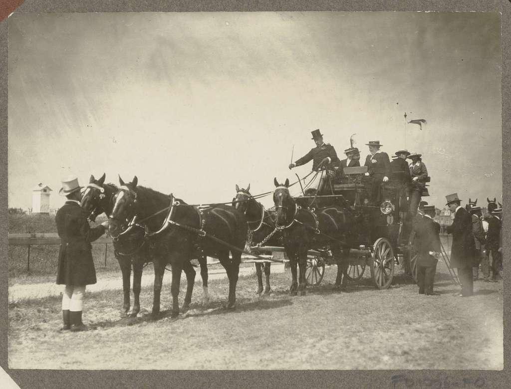 Ruitertafereel op Koninklijke Houtvesterij Het Loo: rijtuig met vierspan op een grasveld