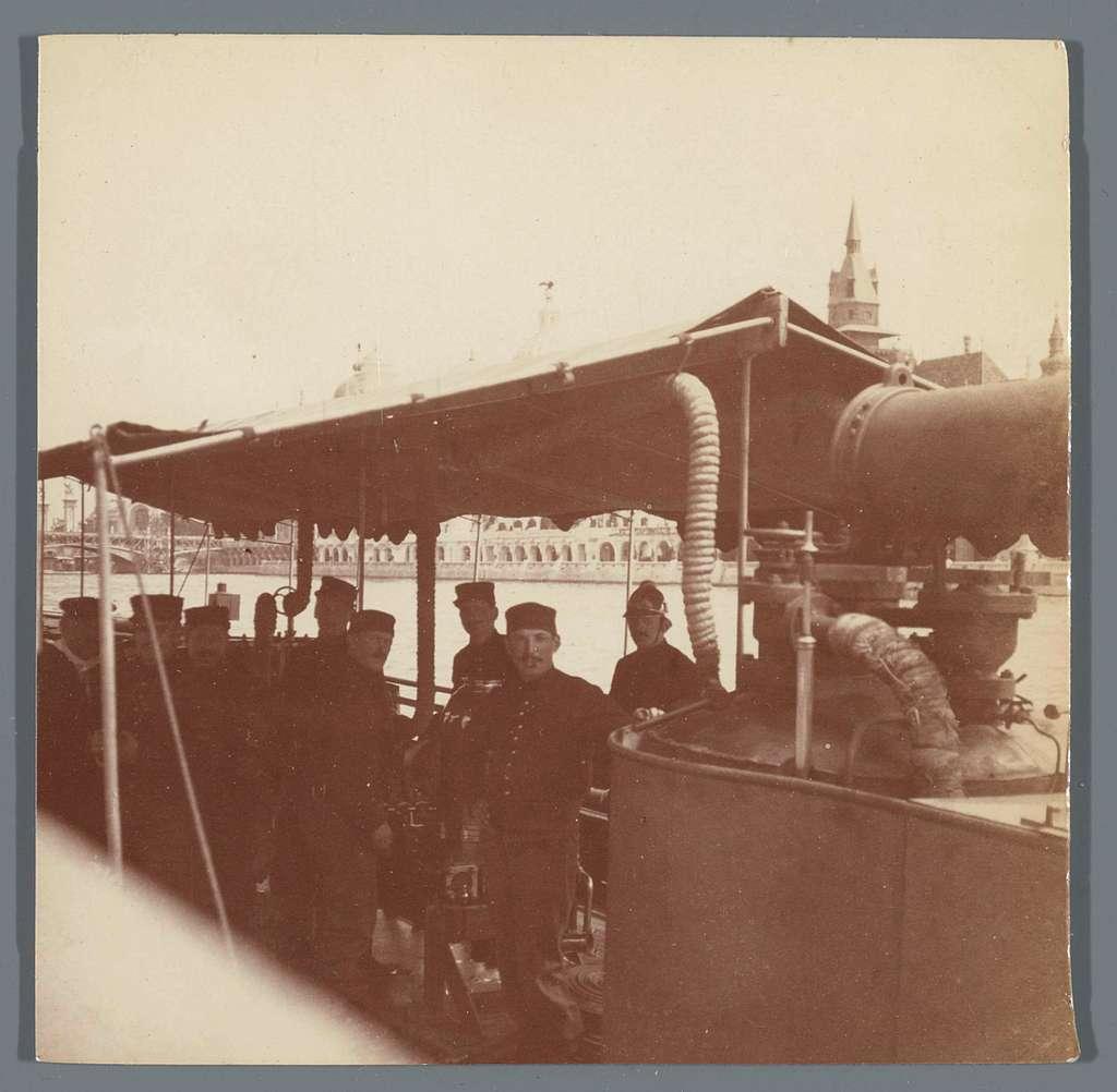 Schip op de Seine, met aan de overzijde het paviljoen van Hongarije, Exposition Universelle (Wereldtentoonstelling), Parijs, Frankrijk