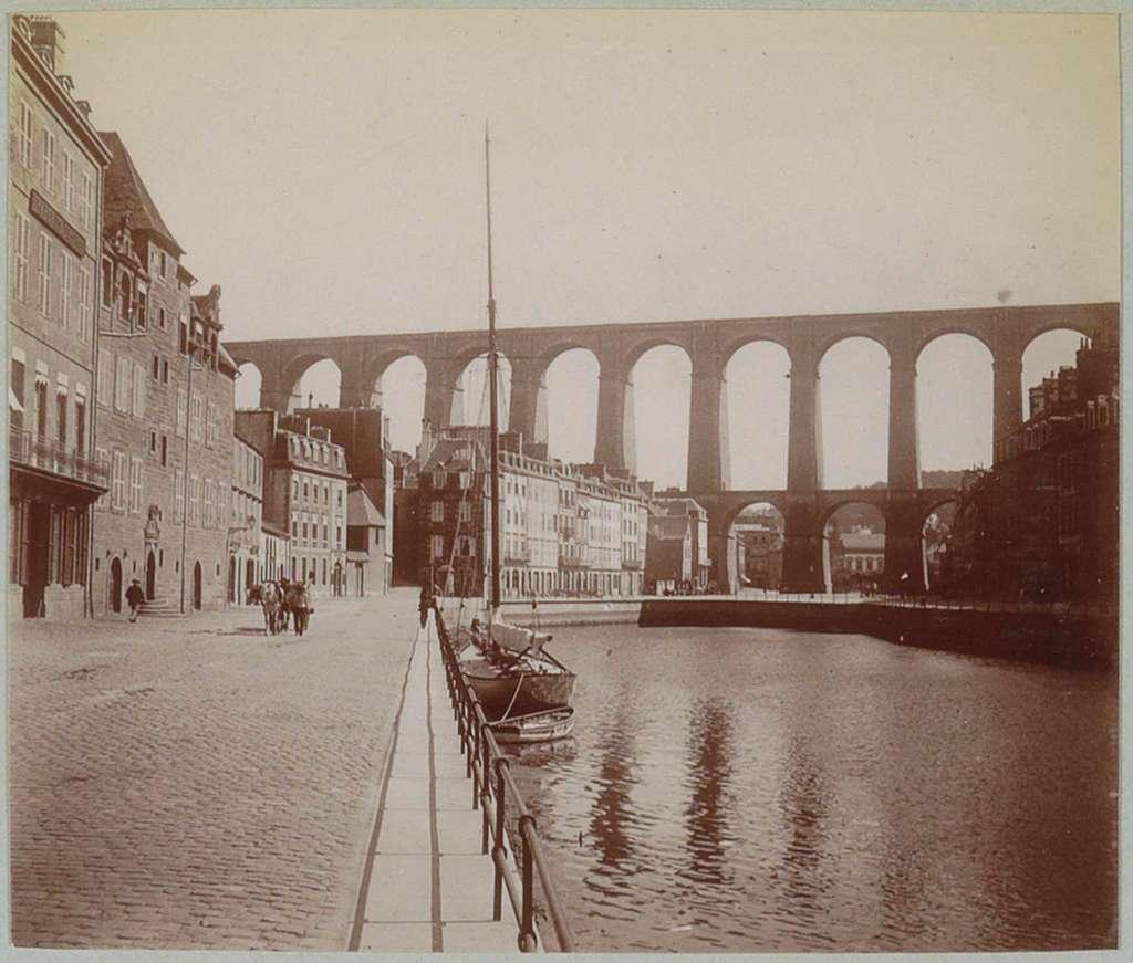 Gezicht op de rivier, een kade en het viaduct van Morlaix