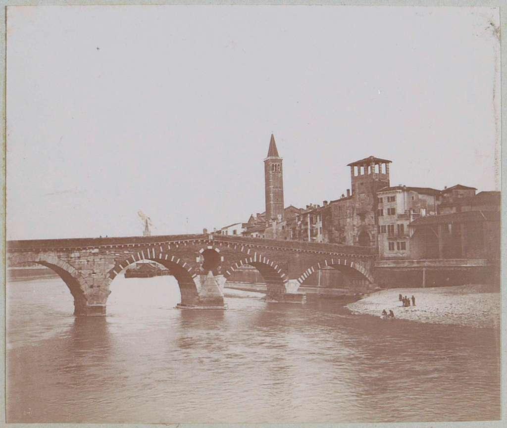 Gezicht op Ponte Pietra in Verona