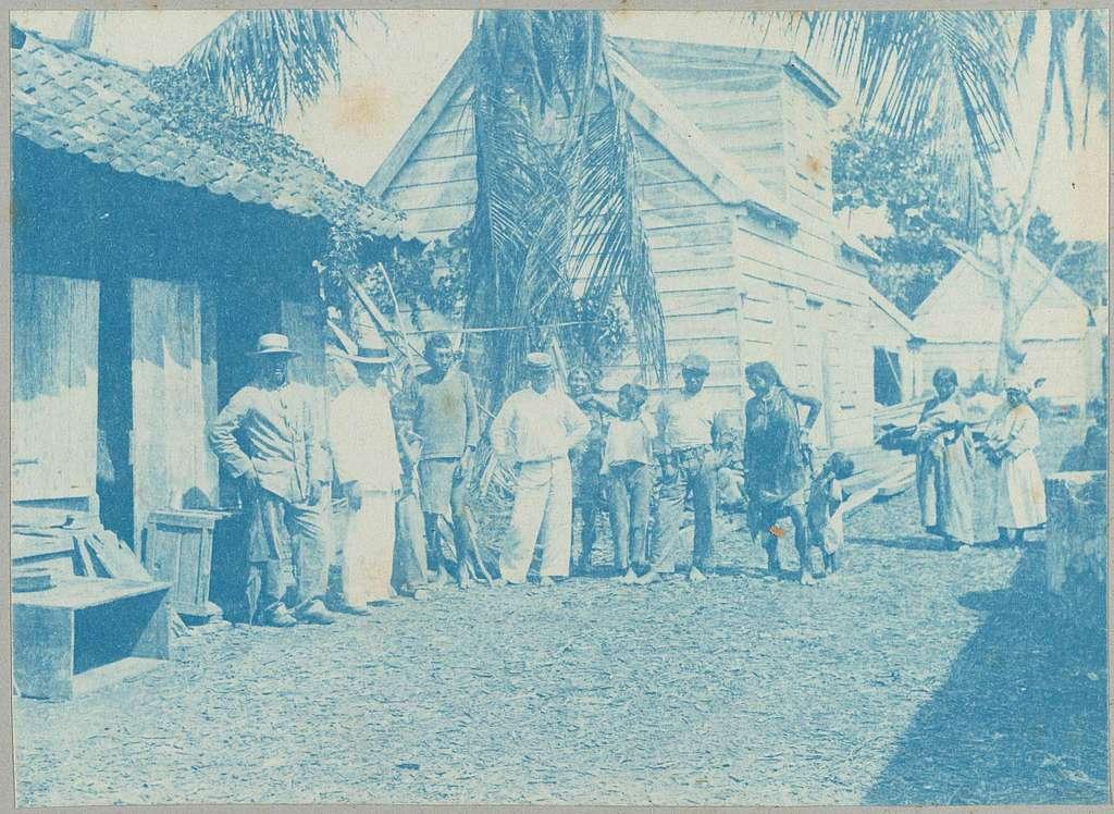 Surinaamse Caraïben op een erf in de Saramaccastraat, Paramaribo