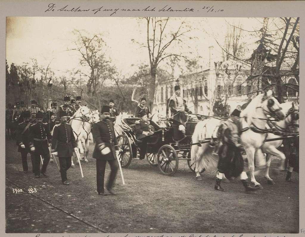 Sultan Mehmed V in een rijtuig in Istanbul