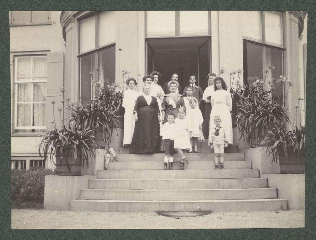 Groepsportret van de familie Kessler op het bordes van Landgoed De Paauw
