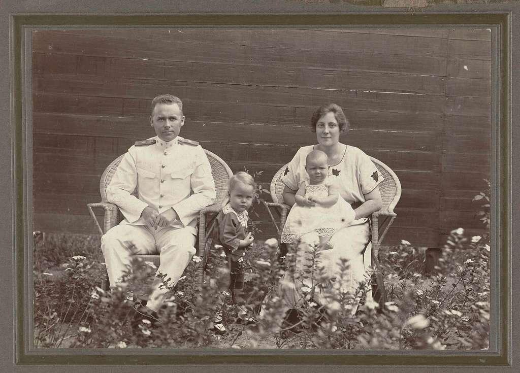 Portret van de Klaas Kleiterp, zijn vrouw Tine Kleiterp-Vermeulen en hun kinderen Klaas (links) en Tiny in Madjene op Celebes