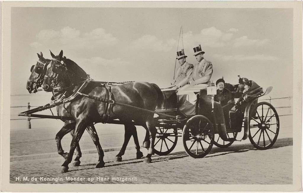 Emma, koningin-regentes der Nederlanden, op haar morgenrit in een rijtuig